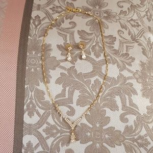 Jewelry - Gold necklace with